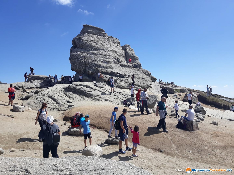 Sfinxul din Bucegi transformat de turisti in zid de escalada - Romsilva intensifica patrulele