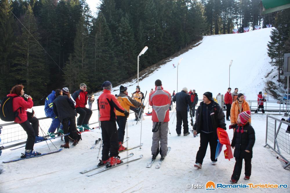 Mii de turiști au întâmpinat prima ninsoare pe pârtia Kalinderu din Bușteni