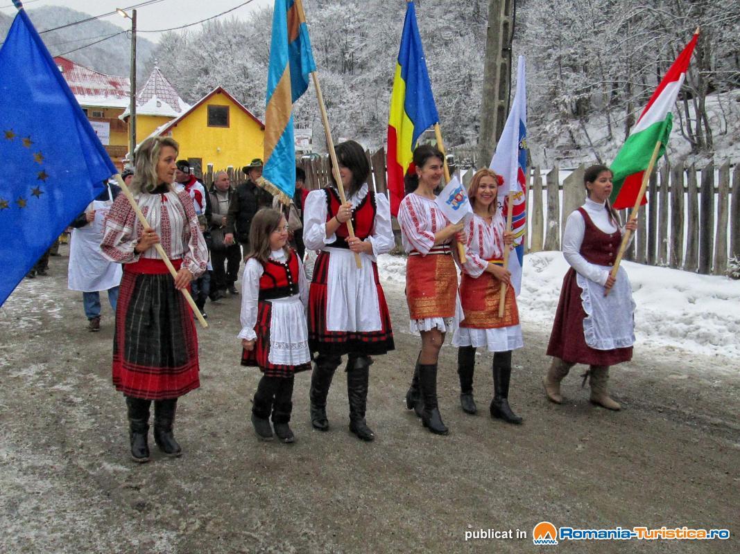 Participanti la Festivalul Pomana Porcului Balvanyos
