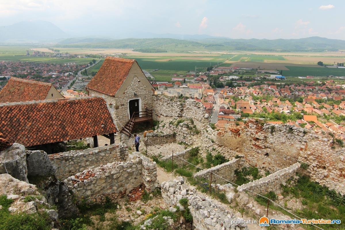 Ruine in interiorul Cetatii Rasnov