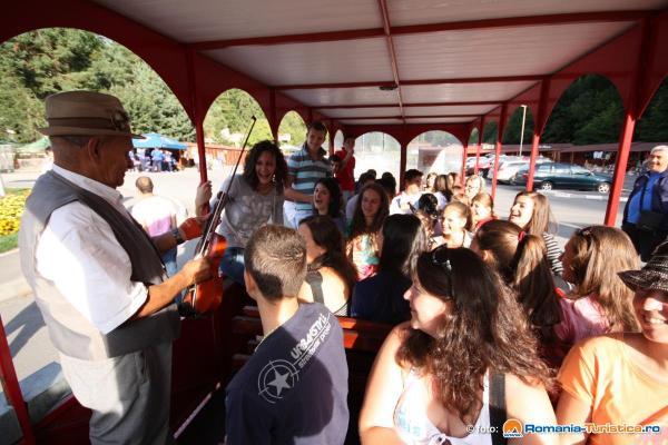 Lautarul ce incanta turistii in tractoras pe drumul spre Cetatea Rasnov